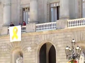 El Ayuntamiento de Barcelona vuelve a colgar el lazo amarillo en la fachada.