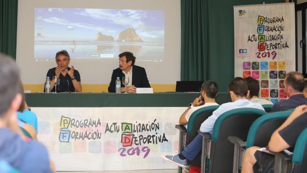 El número 1 del pádel, Sanyo Gutiérrez, y el técnico Gustavo Pratto muestran su modelo de entrenamiento en la UEMC