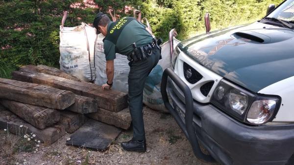 Investigado un individuo sorprendido por un guardia civil fuera de servicio cuando sustraía vigas de madera en Gondomar
