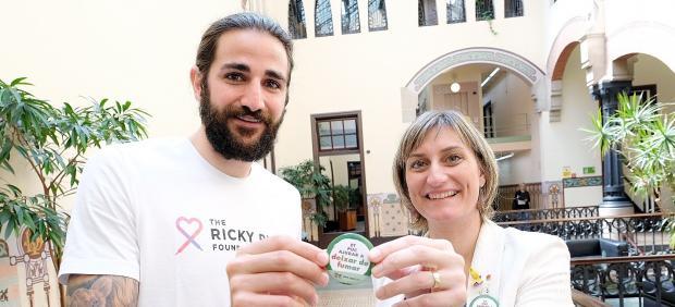 La consellera de Salut, Alba Vergés, i el jugador de l'NBA Ricky Rubio en la campanya contra el tabaquisme.