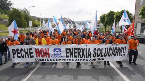AMP.- Más de medio millar de personas marchan por Santiago para reclamar una 'solución' al sector electrointensivo