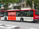 Un autobús de Transportes Metropolitanos de Barcelona (TMB) con el anuncio de Òmnium Cultural.