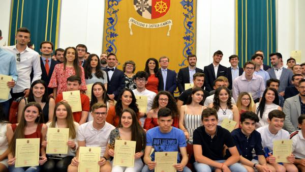 Rector de UCLM recibe a un centenar de estudiantes que han destacado este curso en área académica, deportiva o cultural