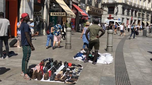 Manteros en la Puerta del Sol de Madrid