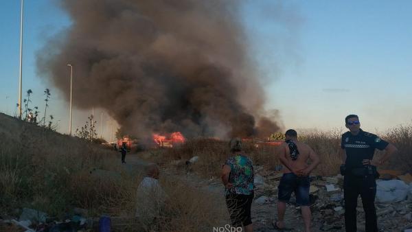 Sevilla.- Sucesos.- Bomberos, Guardia Civil y Policía se coordinan para sofocar un incendio de pastos junto a Palmete