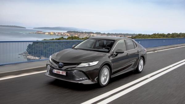 A la venta la nueva berlina híbrida de Toyota desde 32.300 euros
