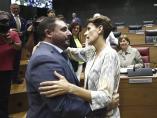 La socialista, María Chivite (d), felicita al nuevo presidente del Parlamento de Navarra, Unai Hualde (i), de Geroa Bai.