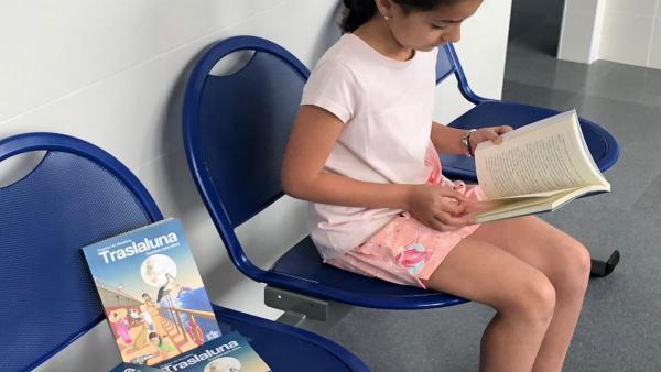 Jaén.- La escritora Dagmar de Mendieta dona ejemplares de su obra 'Traslaluna' a la Agencia Sanitaria Alto Guadalquivir