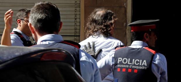 Los Mossos d'Esquadra trasladan al hombre detenido por su relación con la desaparición de su pareja en agosto de 2018 en Terrassa.