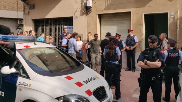 Mossos d´Esquadra con el detenido por el crimen de Mònica Borrás, su expareja