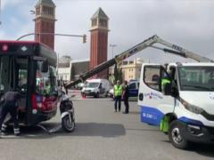 Imagen de unos de los autobuses y la moto accidentados en plaza España, Barcelona.