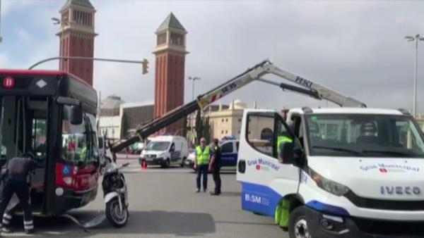 Veinte heridos en una colisión de dos autobuses y una moto en Barcelona