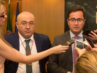 El concejal de Vox, Juan José Bonilla, junto al alcalde de El Ejido.