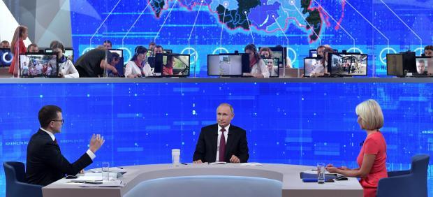 Vladimir Putin en su tradicional Línea Directa.