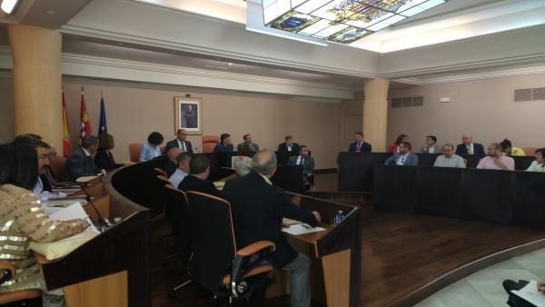 Vázquez preside su último pleno en la Diputación de Segovia y defiende el papel de las instituciones provinciales