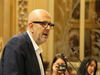 Miquel Ensenyat interviene en el pleno del Parlament.