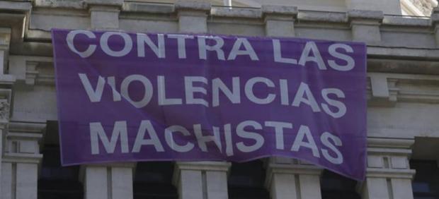 El PSC propone colgar los carteles contra la violencia machista que fueron retirados en Madrid