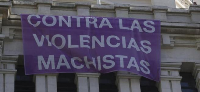 Pancarta contra la violencia machista en el ayuntamiento de Madrid.