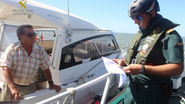 La Guardia Civil realiza una campaña informativa en embarcaciones.