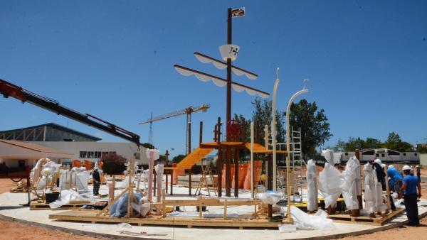 Huelva.- El alcalde de Palos visita la sobras del parque acuático municipal que avanzan a 'buen ritmo'