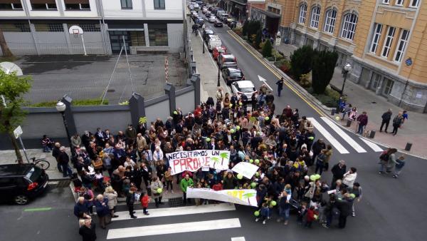 AMPAs y alumnos se manifiestan en Bilbao en protesta por el proyecto del Obispado en Abando