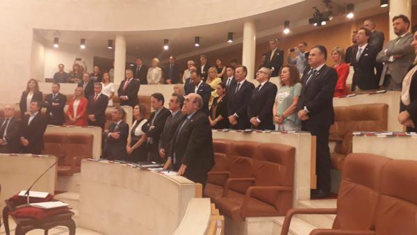 La constitución del Parlamento arranca con un minuto de silencio en recuerdo a De la Sierra