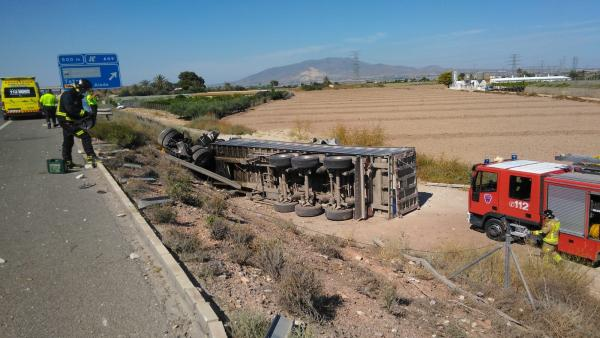 Sucesos.- Herido el conductor de un camión al volcar en la A-7 y dos agentes cuando intervenían
