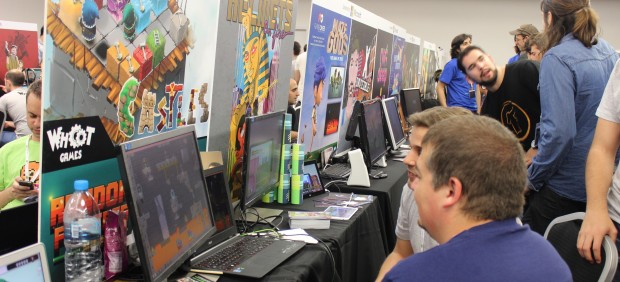 Los asistentes de Gamelab prueban juegos indie.