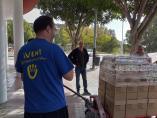 Voluntarios de Inpavi descargan alimentos