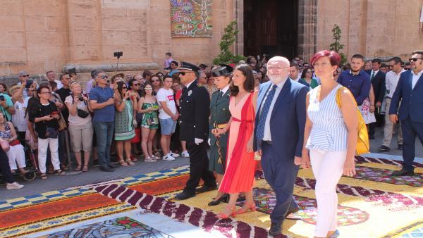 El delegado de la Junta en Albacete visita las alfombras de serrín de Elche de la Sierra.