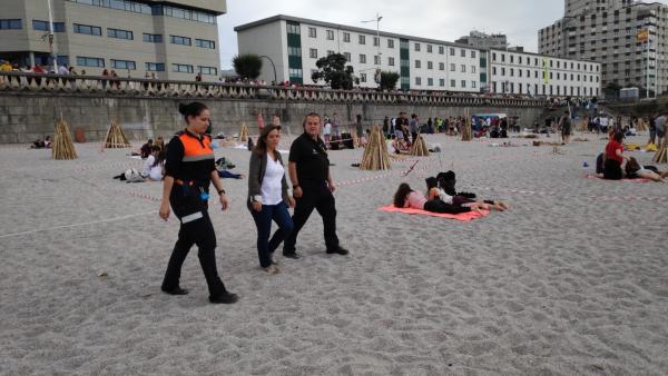 La alcaldesa de A Coruña, Inés Rey, supervisa dispositivo de seguridad en la playa de Riazor.