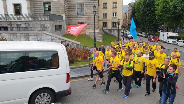 Los trabajadores de Alcoa llegan a la Plaza de España de Oviedo en su marcha hacia Madrid.