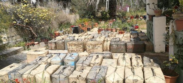 Hachís intervenido por la Guardia Civil a una red de narcotráfico por la costa de Barbate (Cádiz)