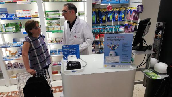 Imagen de la cartelería de la campaña en una farmacia logroñesa