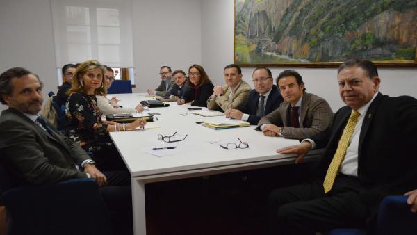 Primera reunión de la Junta de Gobierno del Ayuntmaiento de Oviedo, presidida por el Alcalde, Alfredo Canteli. En la imagen figuran además el primer Teniente de Alcalde y concejal de Urbanismo, Medio Ambiente, Infraestructuras y Distritos, Nacho Cuesta; e