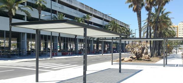 Obras en el acerado entre el acceso central y la terminal de pasajeros del puerto de Algeciras