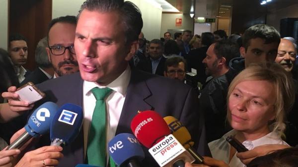 El secretario general de Vox, Javier Ortega Smith, atiende a los medios en Oviedo, tras la sesión constitutiva de la Junta General del Principado de Asturias, acompañado de los diputados Ignacio Blanco y Sara Concepción Álvarez Rouco.