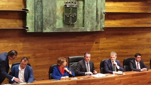 El presidente de la Junta General, Marcelino Marcos Líndez, y el resto de la Mesa de la Cámara