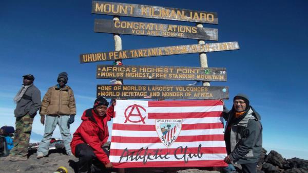 Bandera del Athletic en la cumbre del Kilimanjaro