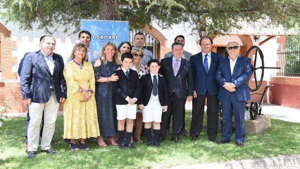 Page participa en Tomelloso en el homenaje que se ha brindado al empresario del sector vitivinícola Pepe Raya y visita Osborne