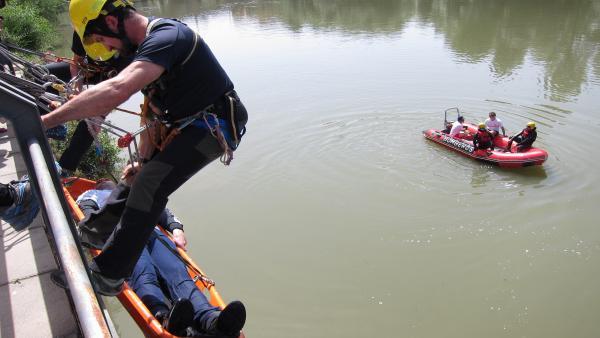 Los bomberos de Logroño han realizado este jueves un simulacro de rescate en el río Ebro, a la altura de la Casa de las Ciencias, en el que han trabajado de manera conjunta los grupos de rescate acuático y de altura