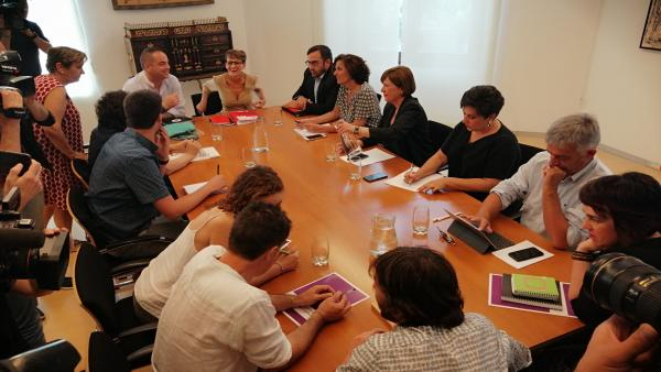 Reunión de PSN, Geroa Bai, Podemos e I-E en el Parlamento para negociar un acuerdo de programa de gobierno en Navarra
