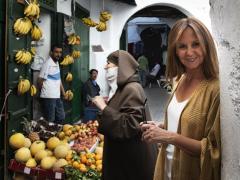 Las escritora María Dueñas en la medina de Tetuán
