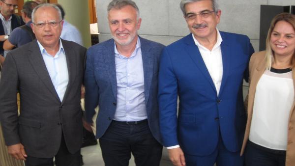 Rodríguez (tercero por la izquierda), tras el acuerdo en Canarias