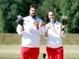 Los tiradores españoles Antonio Bailón y Fátima Gálvez con su oro en foso olímpico mixto de los Juegos Europeos de Minsk