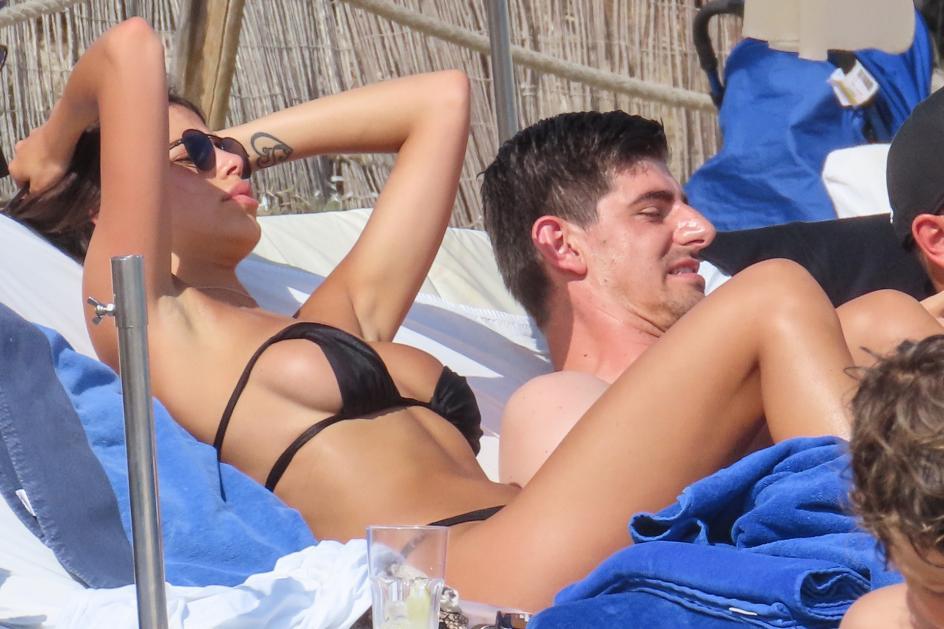Relajados al sol. Thibaut Courtois se relaja al sol, en Ibiza, junto a la 'instagramer' italiana Sara Soldati con la que podría tener una relación.
