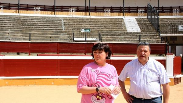 La concejal de Obras y Servicios Públicos de Soria, Ana Alegre, y el aparejador municipal, Tomás Ergueta, en la visita a la plaza de toros de la ciudad.