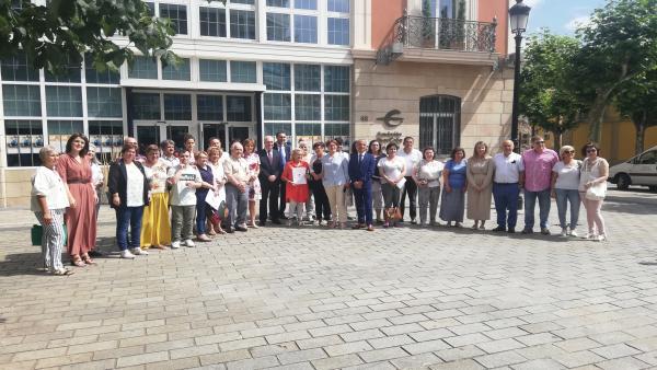 Foto de familia tras las firmas de los convenios.