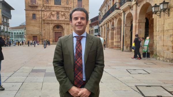 El primer teniente de alcalde de Oviedo y portavoz de Ciudadanos en la ciudad, Ignacio Cuesta,  atiende a los medios en la plaza del Ayuntamiento.