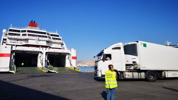 Un camión entra en un buque en el Puerto de Almería